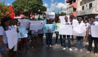 Familiares e amigos de garoto de 11 anos morto na porta de casa durante ação policial na BA fazem protesto